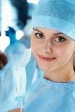 Κλείστε επάνω το πορτρέτο του νέου θηλυκού γιατρού χειρούργων Στοκ φωτογραφία με δικαίωμα ελεύθερης χρήσης