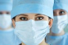 Κλείστε επάνω το πορτρέτο του νέου θηλυκού γιατρού χειρούργων Στοκ Εικόνα