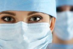 Κλείστε επάνω το πορτρέτο του νέου θηλυκού γιατρού χειρούργων Στοκ Φωτογραφίες