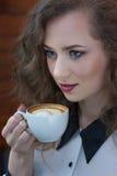 Κλείστε επάνω το πορτρέτο του όμορφου κοριτσιού με τον καφέ Στοκ Εικόνες