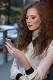 Κλείστε επάνω το πορτρέτο του όμορφου κοριτσιού με το τηλέφωνο Στοκ φωτογραφία με δικαίωμα ελεύθερης χρήσης