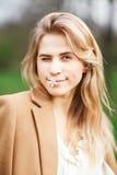 Κλείστε επάνω το πορτρέτο του όμορφου κοριτσιού στον κήπο ανθών μια ημέρα άνοιξη Στοκ Εικόνες