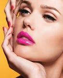 Κλείστε επάνω το πορτρέτο του όμορφου νέου προτύπου με τα ρόδινα χείλια και το μΑ στοκ εικόνες