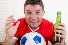 Κλείστε επάνω το ποδόσφαιρο προσοχής ατόμων ανεμιστήρων προσώπου στη TV στο βάσανο του Τζέρσεϋ ομάδων νευρικό Στοκ Φωτογραφία