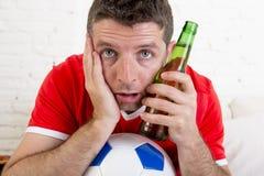 Κλείστε επάνω το ποδόσφαιρο προσοχής ατόμων ανεμιστήρων προσώπου στη TV στο βάσανο του Τζέρσεϋ ομάδων νευρικό Στοκ εικόνες με δικαίωμα ελεύθερης χρήσης