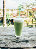 Κλείστε επάνω το πράσινο τσάι πάγου στον ξύλινο πίνακα στοκ εικόνα με δικαίωμα ελεύθερης χρήσης
