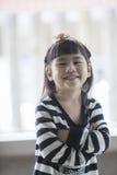 Κλείστε επάνω το πρόσωπο της ασιατικής ευτυχίας προσώπου χαμόγελου παιδιών οδοντωτής em Στοκ Φωτογραφίες