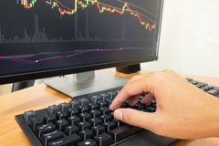 Κλείστε επάνω το πληκτρολόγιο δακτυλογράφησης χεριών των εμπόρων Στοκ Εικόνες