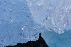 Κλείστε επάνω το σπάσιμο σύστασης κύβων πάγου από τον παγετώνα Στοκ Εικόνες