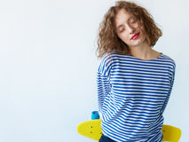 Κλείστε επάνω το στοχαστικό χαμογελώντας κορίτσι brunette με τη σγουρή τρίχα Στοκ Εικόνα