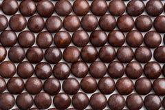 Κλείστε επάνω το τακτοποιημένα τακτοποιημένο καφετί τραγανό shel καραμελών σοκολάτας γάλακτος Στοκ Εικόνες