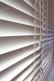 Κλείστε επάνω το υπόβαθρο των άσπρων ξύλινων ενετικών τυφλών Στοκ Εικόνες