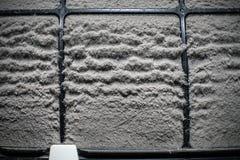 Κλείστε επάνω το φίλτρο εγχώριων κλιματιστικών μηχανημάτων με πολλούς σκόνη Στοκ Φωτογραφίες