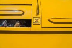 Κλείστε επάνω το φορτηγό απορριμάτων και να είστε προσεκτικό σημάδι Στοκ Εικόνα