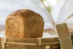 Κλείστε επάνω το φρέσκο ψωμί σπιτικό στο ψάθινο καλάθι Στοκ φωτογραφία με δικαίωμα ελεύθερης χρήσης