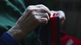 κλείστε επάνω Το χέρι Grandma ράβει φιλμ μικρού μήκους