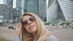 Κλείστε επάνω το όμορφο πορτρέτο γυναικών μόδας και γοητείας φορώντας τα γυαλιά ηλίου Ένα κορίτσι με τα πολύβλαστα χείλια στο κλί απόθεμα βίντεο