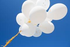 Κλείστε επάνω των άσπρων μπαλονιών ηλίου στο μπλε ουρανό Στοκ φωτογραφία με δικαίωμα ελεύθερης χρήσης