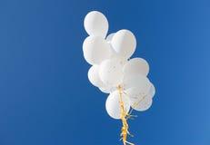 Κλείστε επάνω των άσπρων μπαλονιών ηλίου στο μπλε ουρανό Στοκ εικόνες με δικαίωμα ελεύθερης χρήσης