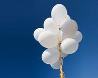 Κλείστε επάνω των άσπρων μπαλονιών ηλίου στο μπλε ουρανό Στοκ φωτογραφίες με δικαίωμα ελεύθερης χρήσης