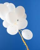 Κλείστε επάνω των άσπρων μπαλονιών ηλίου στο μπλε ουρανό Στοκ εικόνα με δικαίωμα ελεύθερης χρήσης