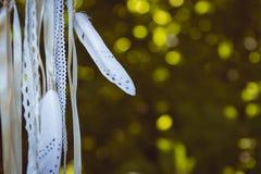 Κλείστε επάνω των άσπρων φτερών στις κορδέλλες Στοκ Εικόνες