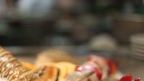 Κλείστε επάνω των ακατέργαστων θαλασσινών σε ένα εστιατόριο απόθεμα βίντεο