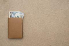 Κλείστε επάνω των αμερικανικών δολαρίων στο καφετί πορτοφόλι δέρματος Στοκ εικόνα με δικαίωμα ελεύθερης χρήσης