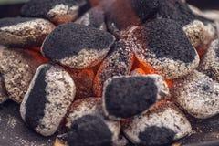 Κλείστε επάνω των ανθρακόπλινθων ξυλάνθρακα έτοιμων για τη σχάρα σχαρών στοκ εικόνες