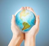 Κλείστε επάνω των ανθρώπινων χεριών με τη γήινη σφαίρα Στοκ φωτογραφία με δικαίωμα ελεύθερης χρήσης