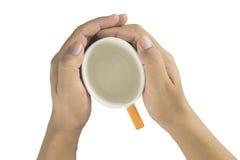 Κλείστε επάνω των αρσενικών χεριών με το φλυτζάνι καφέ Στοκ φωτογραφίες με δικαίωμα ελεύθερης χρήσης