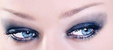 Κλείστε επάνω των λατρευτών θηλυκών μπλε ματιών με το Μαύρο αποτελεί Στοκ εικόνες με δικαίωμα ελεύθερης χρήσης