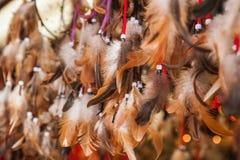 Κλείστε επάνω των αυθεντικών dreamcatchers με τα φτερά και τις χάντρες Στοκ φωτογραφία με δικαίωμα ελεύθερης χρήσης