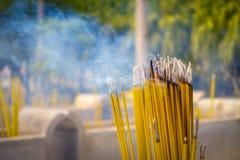 Κλείστε επάνω των βουδιστικών ραβδιών προσευχής που καίνε στο θυμιατήρι Po Lin στο μοναστήρι, νησί Lantau στο Χονγκ Κονγκ Στοκ Εικόνες