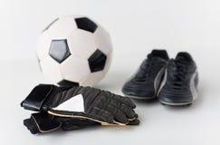 Κλείστε επάνω των γαντιών τερματοφυλακάων, σφαίρα, μπότες ποδοσφαίρου Στοκ εικόνα με δικαίωμα ελεύθερης χρήσης