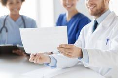 Κλείστε επάνω των γιατρών με το καρδιογράφημα στο νοσοκομείο Στοκ Εικόνες