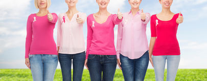 Κλείστε επάνω των γυναικών με τις κορδέλλες συνειδητοποίησης καρκίνου Στοκ Εικόνα
