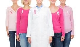 Κλείστε επάνω των γυναικών με τις κορδέλλες συνειδητοποίησης καρκίνου Στοκ Φωτογραφία
