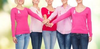 Κλείστε επάνω των γυναικών με τις κορδέλλες συνειδητοποίησης καρκίνου Στοκ φωτογραφίες με δικαίωμα ελεύθερης χρήσης