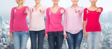 Κλείστε επάνω των γυναικών με τις κορδέλλες συνειδητοποίησης καρκίνου Στοκ εικόνες με δικαίωμα ελεύθερης χρήσης