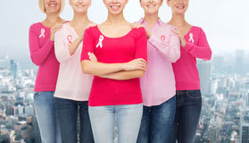 Κλείστε επάνω των γυναικών με τις κορδέλλες συνειδητοποίησης καρκίνου Στοκ εικόνα με δικαίωμα ελεύθερης χρήσης