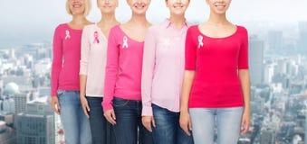Κλείστε επάνω των γυναικών με τις κορδέλλες συνειδητοποίησης καρκίνου Στοκ Εικόνες