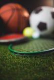 Κλείστε επάνω των εγκιβωτίζοντας γαντιών και των σφαιρών και του discus γκολφ αντισφαίρισης ποδοσφαίρου καλαθοσφαίρισης Στοκ Εικόνα
