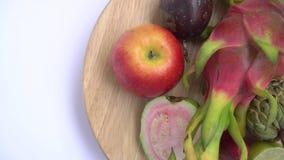 Κλείστε επάνω των εξωτικών φρούτων: Διχοτομημένη γκοϋάβα, πάθος, δράκος, μήλο κρέμας στοκ φωτογραφία