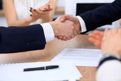 Κλείστε επάνω των επιχειρηματιών που τινάζουν τα χέρια στη συνεδρίαση ή τη διαπραγμάτευση στο γραφείο Οι συνεργάτες ικανοποιούν ε στοκ φωτογραφία με δικαίωμα ελεύθερης χρήσης
