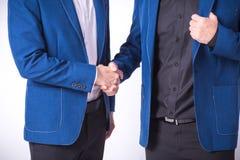 Κλείστε επάνω των επιχειρηματιών που τινάζουν τις ιδέες επιχειρησιακής επιτυχίας χεριών con Στοκ Φωτογραφίες