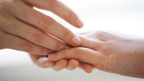 Κλείστε επάνω των λεσβιακών χεριών ζευγών με το γαμήλιο δαχτυλίδι απόθεμα βίντεο