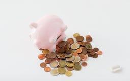 Κλείστε επάνω των ευρο- νομισμάτων και ανοίξτε τη piggy τράπεζα Στοκ φωτογραφία με δικαίωμα ελεύθερης χρήσης