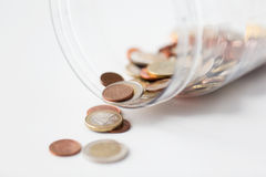 Κλείστε επάνω των ευρο- νομισμάτων στο ανοικτό βάζο γυαλιού στον πίνακα Στοκ Φωτογραφίες