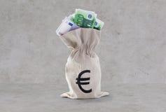 Κλείστε επάνω των ευρο- χρημάτων εγγράφου στην τσάντα πέρα από το σκυρόδεμα Στοκ φωτογραφίες με δικαίωμα ελεύθερης χρήσης